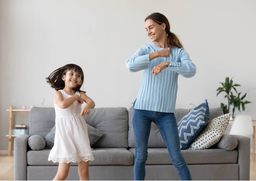 Mama i córka tańczą